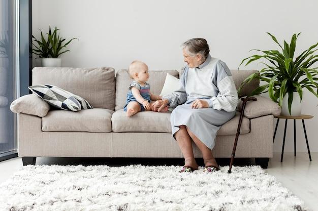 祖母と孫と過ごす