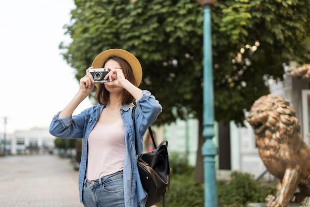 若い旅行者が路上で写真を撮る