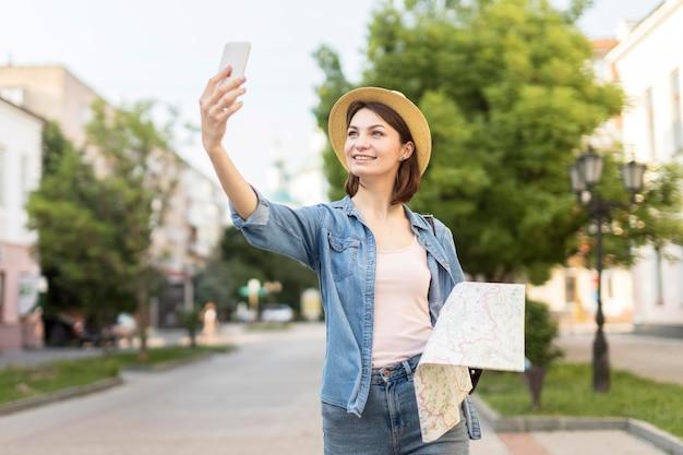 屋外で写真を撮る帽子の旅行者