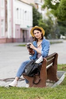 Путешественник в шляпе с фотоаппаратом на празднике