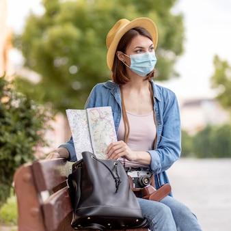 Портрет женщины с маской на открытом воздухе