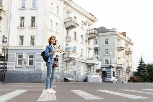 街で散歩を楽しむスタイリスト旅行者