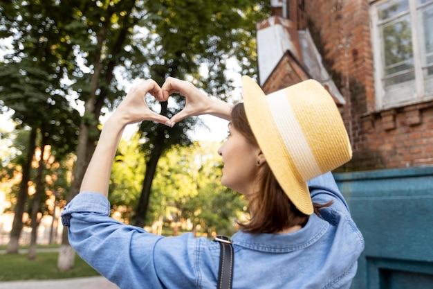休日を楽しんでいる帽子のスタイリッシュな女性