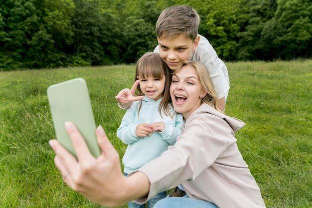携帯電話で家族グループの自撮り