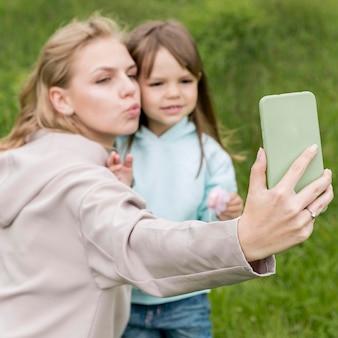 Мать и ребенок, принимая селфи