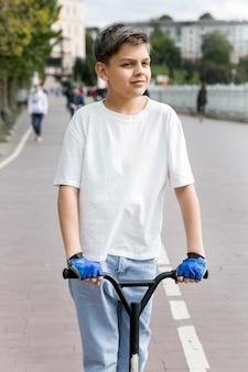 屋外のスクーターの若者