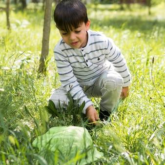 草の中の正面少年