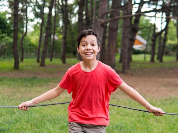 赤いシャツで幸せな子供