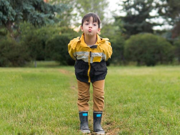 公園でキスを吹く少年