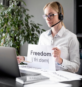 自由について生徒に教える女性