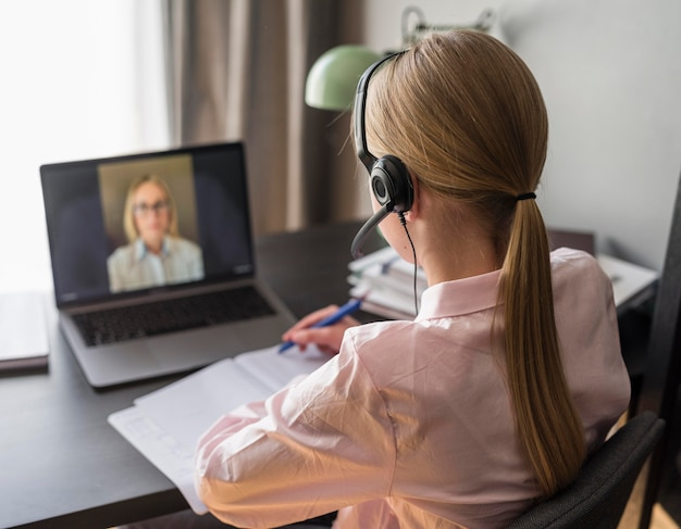 Девушка обращает внимание на онлайн-класс