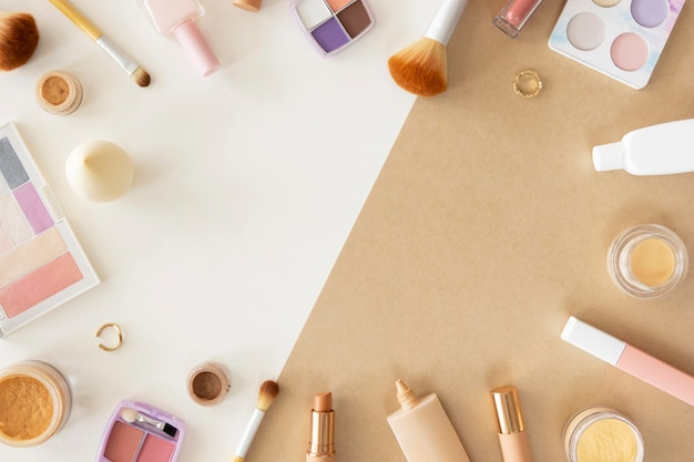 Рама косметической продукции на столе