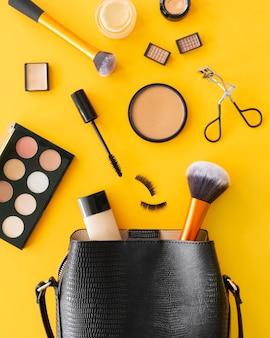 化粧品と女性のバッグ