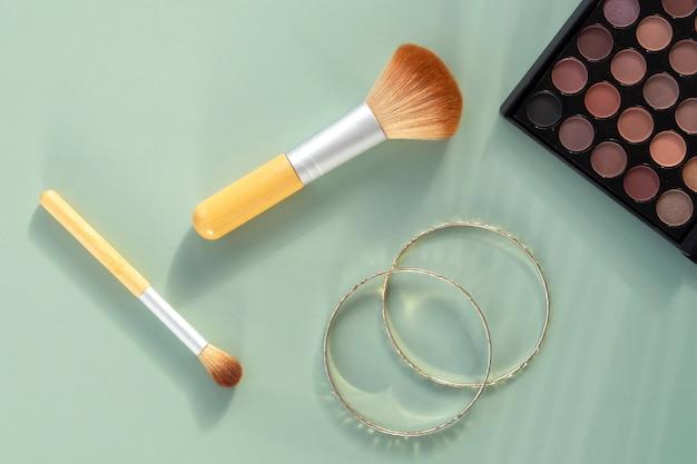 化粧品とイヤリング
