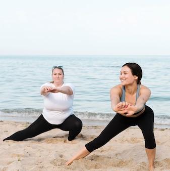 Женщины занимаются спортом на пляже