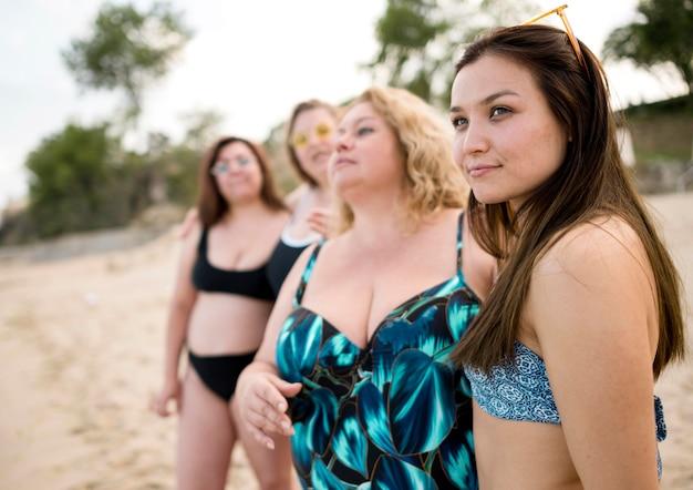 ビーチで一緒に時間を過ごす女性