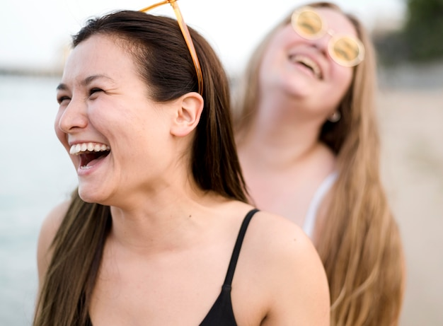 ビーチで笑っている友人