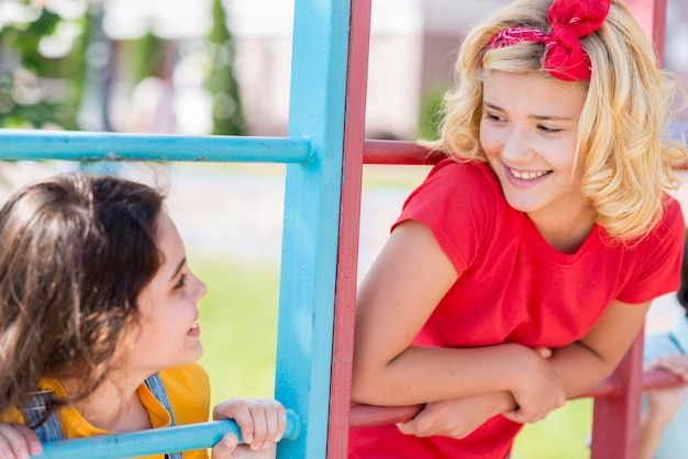 公園で若いガールフレンド