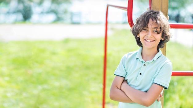 Портрет улыбающегося мальчика на улице