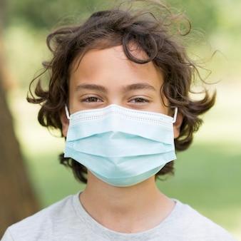 マスクを持つ肖像画少年