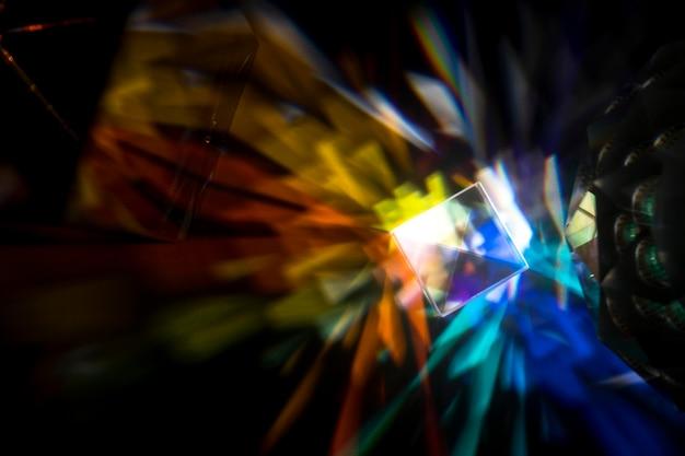 Призма рассеивает разноцветные огни