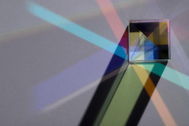 光のコンセプトを分散させるプリズム