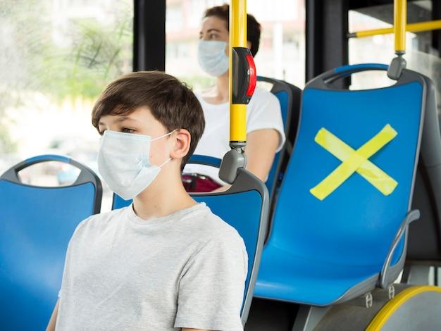 バスで社会的距離を保つ人々