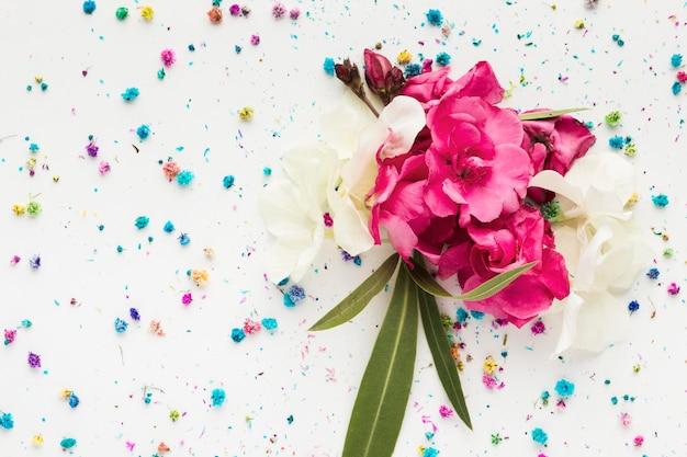 美しい花の花束のフラットレイアウト
