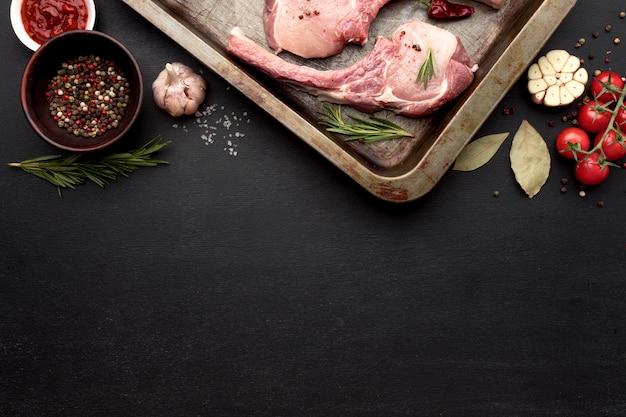 ベーキングパンで調理するために準備されたコピースペースの肉