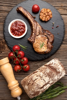 調理された肉と木の板