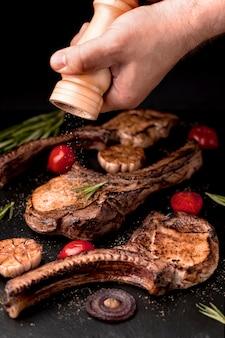 Деревянная доска с вкусно приготовленным мясом