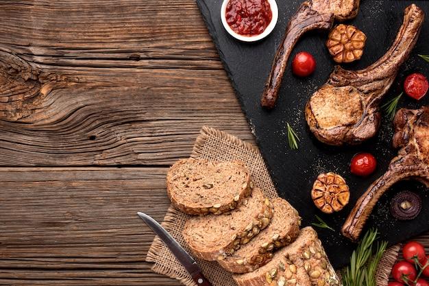 木の板にパンと調理された肉