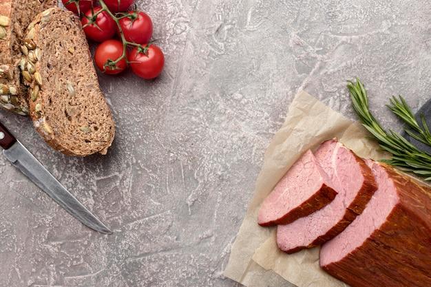 Филе мяса с помидорами и хлебом