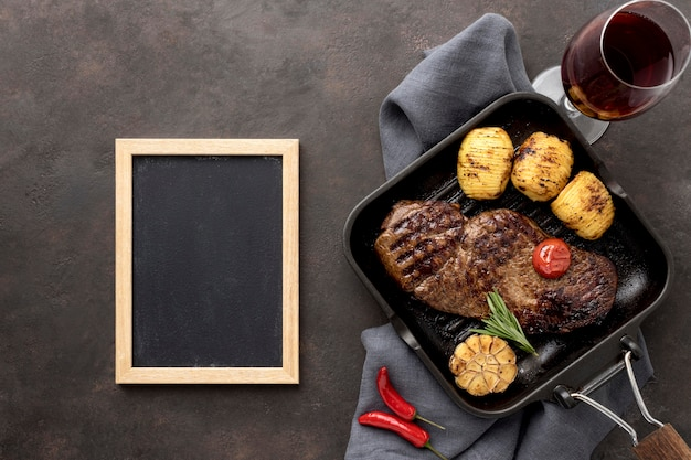 Мясо на гриле с овощами в сковороде