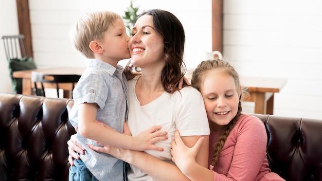 Средний выстрел мама с детьми