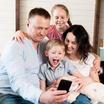 Счастливая семья, принимая селфи