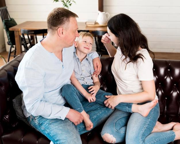 Родители проводят время со своим сыном
