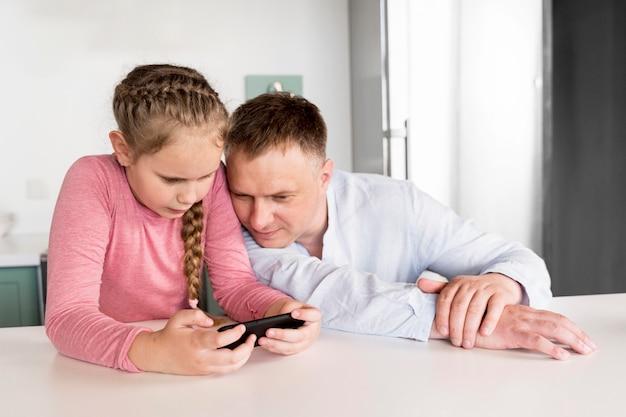 スマートフォンを保持しているミディアムショットの女の子