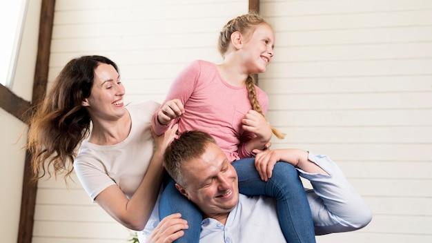 Родители и девушка весело