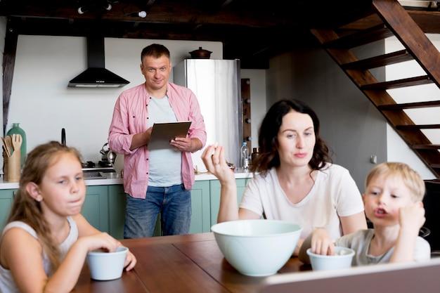 Семья ест на кухне