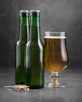 ガラスとビールのボトル
