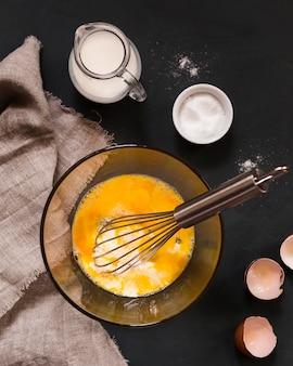 卵黄などの材料を入れたボウル