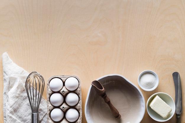 Опалубка с яйцами и ингредиентами