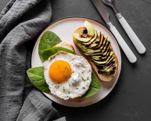 Вид сверху тарелка с жареным яйцом