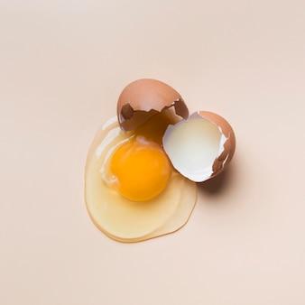 Вид сверху одно треснувшее яйцо
