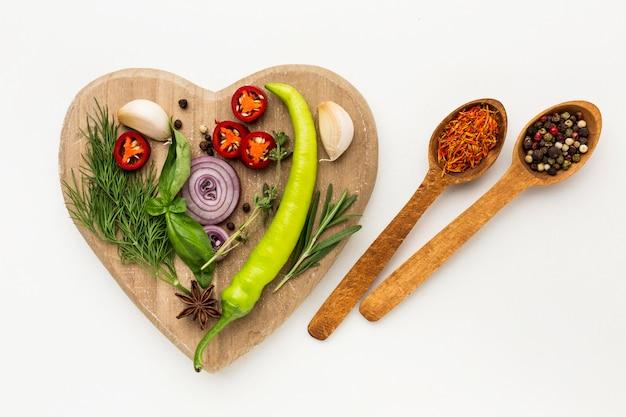 木の板に調味料の多様性
