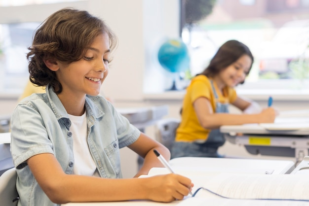 クラス執筆中の子供たち