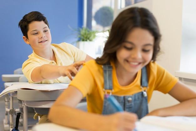 学校で若い子供たち