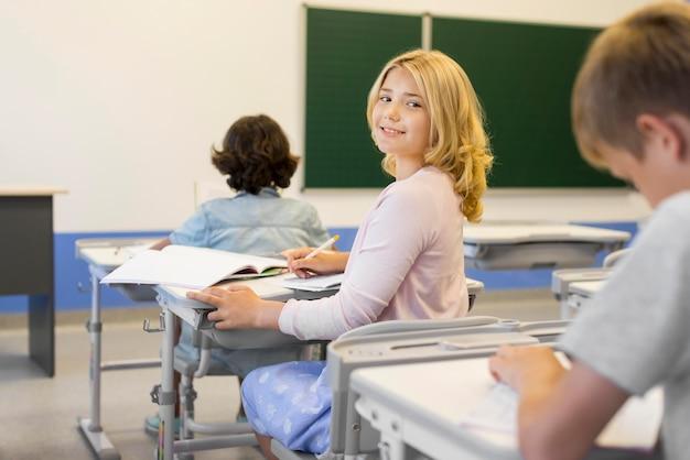 学校でハイアングルの子供たち