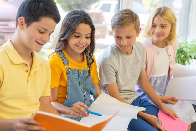 読んでいる子供のハイアングルグループ